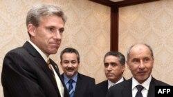 John Christopher Stevens, à gauche, nouvel ambassadeur américain en Libye, serre la main du président du Conseil national de transition libyen Mustafa Abdel Jalil, à droite, après avoir présenté ses lettres de créance lors d'une réunion à Tripoli le 7 juin 2012.