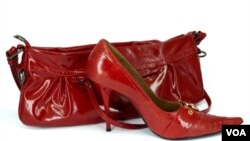 No necesariamente tienes que combinar los zapatos con la cartera.