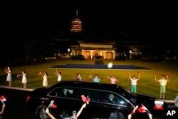 俄罗斯总统普京去参加G20峰会的晚间活动,他的大轿车驶过的时候,中国儿童举着两国国旗列队欢迎(2016年9月4日)