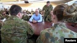 Perdana Menteri Australia Malcolm Turnbull berbicara dengan pasukan Australia saat sarapan di Camp Baird, yang terletak di Timur Tengah, selama kunjungannya ke Irak, 16 Januari 2016. (Foto: Reuters)