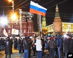 3月4总统大选投票后红场旁普京支持者庆祝胜利