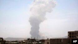 22일 예멘 사나 외곽에 사우디 주도 연합군의 공습이 있은 후 연기가 쏟고 있다.