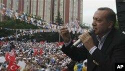 Turkiya Bosh vaziri Toyib Erdog'an tarafdorlari qarshisida nutq so'zlamoqda.
