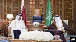 Sheikh Tamim bin Hamad Al-Thani, Amir of Qatar (l) meets with Saudi King Salman at the Riyadh airport in Saudi Arabia, Feb. 17, 2015.