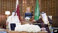 Sheikh Tamim bin Hamad Al-Thani, Amir of Qatar (l) meets with Saudi King Salman at the Riyadh airport in Saudi Arabia, Feb. 17, 2015.