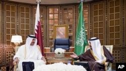 Emir Qatar Tamim bin Hamad al-Thani dan Raja Salman dari Arab Saudi saat bertemu bandara Riyadh, Arab Saudi, 17 Februari 2015. (Foto: dok).