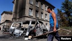 2014年8月31日乌克兰东部城镇中被摧毁的车辆
