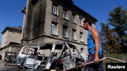 Bangkai-bangkai mobil akibat penembakan baru-baru ini di kota Ilovaysk, Ukraina timur (31/8). (Reuters/Maxim Shemetov)