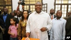 Kiongozi wa chama cha MLC Congo Jean Pierre Bemba akipiga kura yake Kinshasa, wakati wa uchaguzi wa kwanza wa vyama vingi Congo Jumapili Julai 30, 2006.