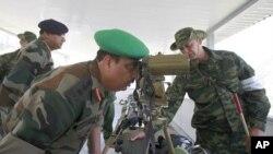 Một sĩ quan Ấn Độ nhìn thành phố Vladikavkaz của Nga qua một ống dòm trong chuyến đến thăm thành phố này
