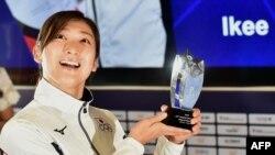 """Perenang Jepang Rikako Ikee yang memenangkan enam medali emas dalam Asian Games berpose setelah dinyatakan sebagai pemenang penghargaan Atlet Terbaik atau """"Most Valuable Player (MVP) dalam Asian Games 2018 di Jakarta, 2 September 2018."""