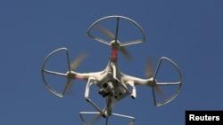 ARSIP – Sebuah drone tampak terbang di Shenzhen, China, 18 Desember 2015. Peritel online asal China, JD.com Inc menyatakan sedang mengembangkan drone dengan kemampuan untuk mengirim barang konsumsi dan hasil pertanian jarak jauh (foto: REUTERS/Bobby Yip)