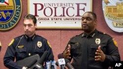 Cảnh sát trưởng thành phố Tallahassee Michael Deleo (trái) và cảnh sát trưởng trường đại học Florida State David Perry nói chuyện với truyền thông về vụ nổ súng bên ngoài thư viện Strozier trong khuôn viên trường, 20/11/2014.
