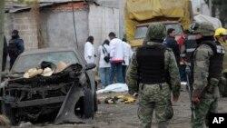 15일 멕시코에서 발생한 폭죽 폭발 사고 현장에서 군인들이 경계근무를 서고 있다.