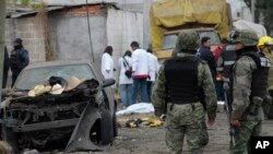 Chuyên gia pháp y thu thập bằng chứng sau vụ nổ xe tải chở đầy pháo ở một ngôi làng ở miền trung Mexico (AP Photo/J. Guadalupe Perez)