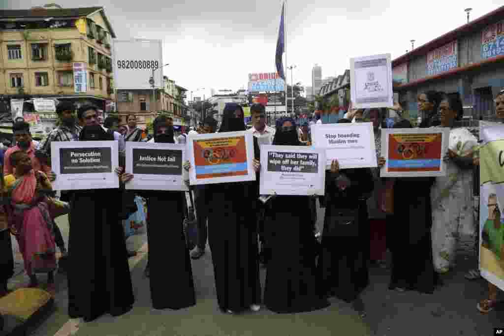 زنان هندی به تصویب قانون ممنوعیت سه طلاقه اعتراض دارند. پارلمان می گوید مردم مسلمان اگر زنش را سه طلاقه کند، با سه سال زندان مواجه می شود. گروهی از زنان در مخالفت با این قانون در بمبئی تجمع کردند.