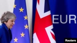 La salida británica de la Unión Europea, que se había programado para el mes de marzo, se ha retrasado a fin de que el gobierno intente buscar el apoyo del Parlamento para un acuerdo de divorcio.