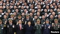 جنوبی کوریا کی پارک گیئون ہئی فوجیوں کی تربیت مکمل ہونے کے بعد حلف برداری کی تقریب میں شریک۔