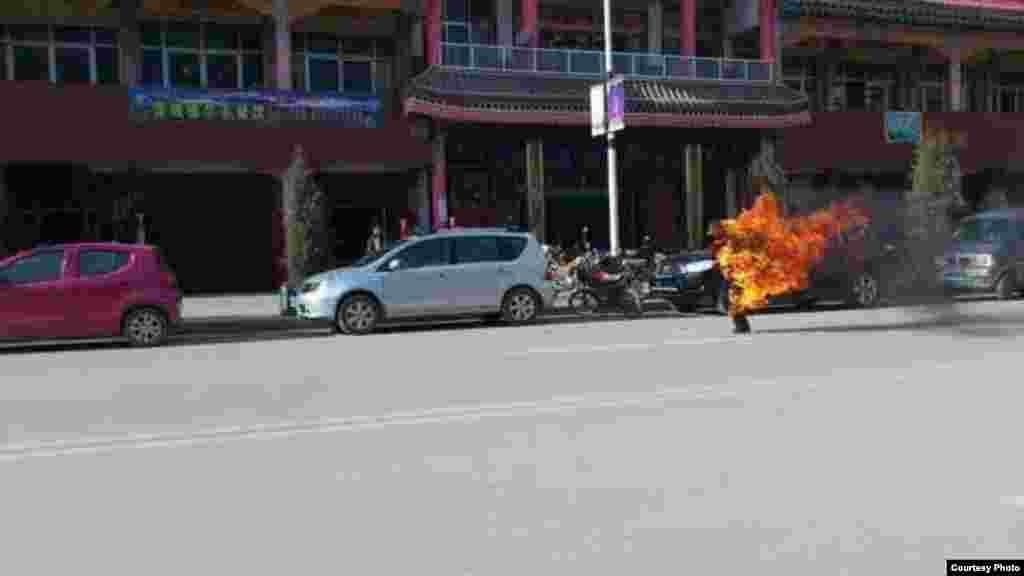 ພາບທ່ານ Dorjee Rinchen ຈູດດໄຟໃສ່ ເຜົາຕົນເອງ ຢູ່ນອກກອງບັນຊາການທະຫານໃນເມືອງ Labrang ບໍ່ໄກເທົ່າໃດຈາກວັດ Labrang ເພື່ອປະທ້ວງຕໍ່ປົກຄອງຂອງຈີນ