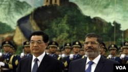 Presiden Mesir Mohammed Morsi diterima oleh Presiden Tiongkok Hu Jintao dalam kunjungannya di Beijing (28/8).