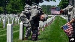 Подготовка к церемонии на Арлингтонском Национальном кладбище в Арлингтоне, штат Вирджиния. 26 мая 2016.
