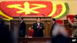 지난 9일 북한 평양 4.25 문화회관에서 열린 7차 노동당 대회에 김정은 국방위 제1위원장(가운데)이 박수를 치고 있다. (자료사진)
