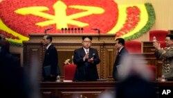 지난 9일 북한 평양 4.25 문화회관에서 열린 7차 노동당 대회에 참석한 김정은 국방위 제1위원장(가운데)이 박수치고 있다.
