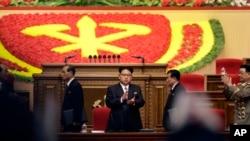9일 북한 평양 4.25 문화회관에서 열린 7차 노동당 대회에 김정은 국방위 제1위원장(가운데)이 참석했다.