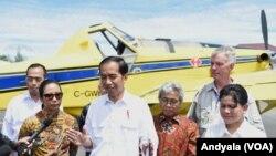 Presiden Joko Widodo saat meninjau pesawat pengangkut BBM Air Tractor AT-802 di Bandar Udara Nop Goliat Dekai Yahukimo Provinsi Papua, 18 Oktober 2016 (foto: VOA/Andylala).
