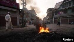 کشمیر میں آٹھ ہفتوں سے جاری پابندیوں کے باعث معمولات زندگی مفلوج ہیں — فائل فوٹو