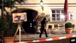 24일 독일 안스바흐에서 시리아 출신 이민자가 자폭해 여러 명의 부상자가 발상한 가운데, 경찰관이 현장 주변을 조사하고 있다.