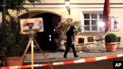 Polisi Jerman mengamankan lokasi serangan bom bunuh diri di Ansbach, Jerman, Senin (25/7).