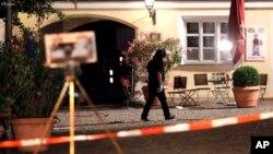 Cảnh sát kiểm tra hiện trường sau vụ nổ ở Ansbach, Đức, 25/7/2016.