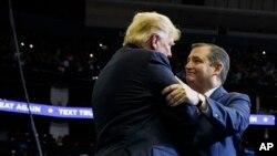 Le président Donald Trump est accueilli par le sénateur Ted Cruz, Texas, alors qu'il arrive pour un rassemblement de campagne au Houston Toyota Center, le 22 octobre 2018, à Houston, au Texas.