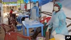 Lekari u Sijera Leoneu u Africi sa pacijentom obolelim od ebole, 27. jul 2014.