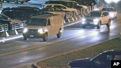 Chiếc xe van trắng trong hình theo tin nói là đang chở Trung sĩ Robert Bales rời Phi trường Quốc tế Thành phố Kansas, ngày 16 tháng 3, 2012.