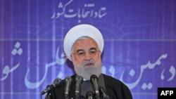 Una fotografía de la presidencia iraní muestra al presidente Hassan Rouhani hablando con la prensa después de emitir su voto en una mesa electoral en la capital, Teherán, el 21 de febrero de 2020.
