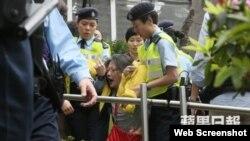 有示威者被警察架走(苹果日报图片)
