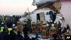Полицейские и спасатели на месте авиакатастрофы недалеко от Международного аэропорта Алматы. Казахстан, 27 декабря 2019