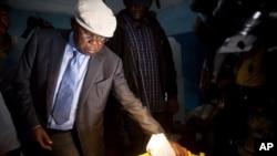 Etienne Tshisekedi votant à Kinshasa
