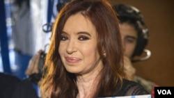 La presidenta Cristina Fernández sostiene una foto de su difunto esposo y ex presidente argentino Néstor Kirchner, en la Plaza de Mayo después de las elecciones generales en Buenos Aires.