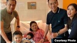 Mantan ibu negara Ani Yudhoyono (tengah, baju pink) tengah dirawat di National University Hospital (NUH), Singapura (Foto: Instagram).