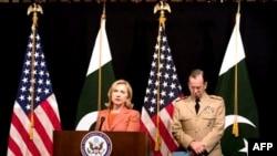 Državna sekretarka Hilari Klinton sa načelnikom Združenog generalštaba američkih oružanih snaga, admiralom Majkom Malenom, na konferenciji za novinare prilikom posete Pakistanu, Islamabad, 27. maj 2011.