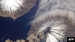 Núi lửa Cleveland phun tro và khói hồi năm 2006