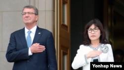 Menteri Pertahanan Jepang Tomomi Inada (kanan) dan Menteri Pertahanan AS Ash Carter di Departemen Pertahanan Amerika, Washington, DC, September 2016.