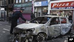 8月7日伦敦北部街头一辆烧毁的警车