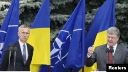 Генеральний секретар НАТО Єнс Столтенберґ і президент Петро Порошенко на зустрічі у Києві в липні 2017р.