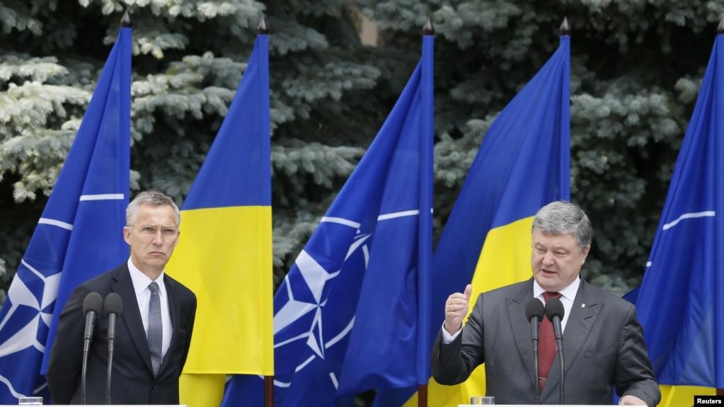 Президент Украины Петр Порошенко и генеральный секретарь НАТО Йенс Стотенберг на пресс--конференции по итогам заседания Комитета НАТО-Украина. 17 июля 2017.