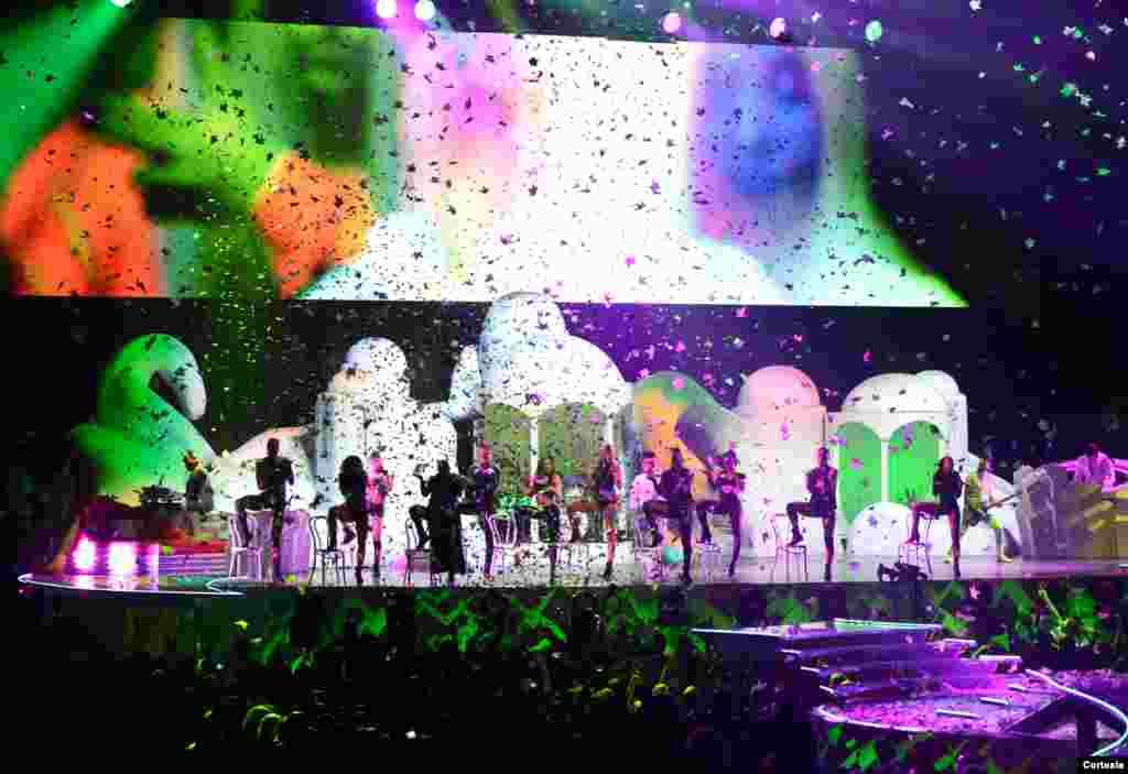 Gran despliegue, coloridas y dinámicas coreografías acompañan el espectáculo ArtRave de la diva del pop.