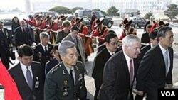 En Seúl, el secretario de Defensa, Robert Gates y el ministro de Defensa de Corea del Sur, Kim Kwan-jin.